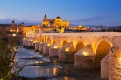 Ponte romana sobre o rio na noite Córdova Fotografia de Stock
