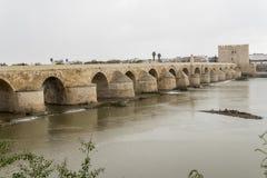 Ponte romano di Cordova sopra il fiume Guadalquivir, Spagna immagini stock libere da diritti
