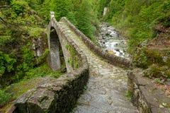 Ponte Romano Intragna Bridge nederlag i dalen med härligt royaltyfri foto