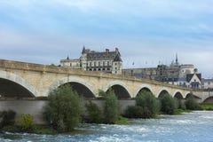 Ponte romano sopra il fiume Loira ed il chateau de Amboise, Francia Immagini Stock