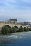 Ponte romano sopra il fiume Loira ed il chateau de Amboise, Francia Fotografie Stock Libere da Diritti