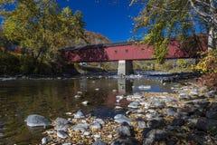 Ponte rosso coperto, ponte coperto ad ovest di Cornovaglia sopra il fiume di Housatonic, Cornovaglia ad ovest, Connecticut, U.S.A fotografie stock libere da diritti