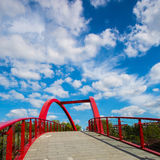 Ponte rosso in Groenlandia accanto al ponte della strada di Gubei a Shanghai Fotografie Stock