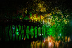 Ponte rosso nel lago Hoan Kiem alla notte, ha di Noi, Vietnam fotografia stock