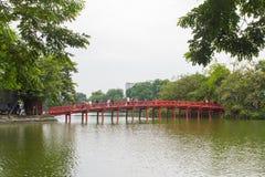 Ponte rosso nel lago Hoan Kiem, ha di Noi, Vietnam immagine stock libera da diritti