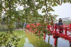 Ponte rosso nel lago Hoan Kiem, ha di Noi, Vietnam fotografia stock