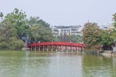 Ponte rosso nel lago Hoan Kiem, ha di Noi, Vietnam immagini stock