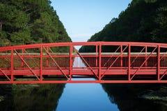 Ponte rosso sopra il canale alberato Fotografie Stock Libere da Diritti