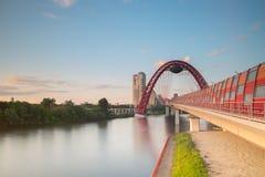 Ponte rosso sopra il fiume di Moskva, Mosca, Russia Fotografia Stock Libera da Diritti