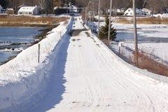 Ponte rural coberto de neve em um dia de invernos frio Fotografia de Stock