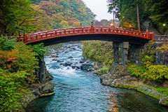 Ponte sagrado durante estações do outono da cor, Tochigi de Nikko Shinkyo, Japão Imagens de Stock Royalty Free
