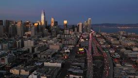 Ponte San Francisco Skyline da baía do tráfego das horas de ponta da noite filme