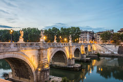 Ponte Sant安吉洛在夜之前,罗马,意大利 免版税库存图片