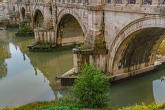 Ponte Sant 'Angelo Bridge dos anjos, uma vez que a ponte de Aelian ou o Pons Aelius, significando a ponte de Hadrian, em Roma fotografia de stock