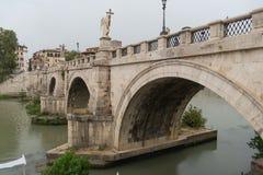 Ponte Sant 'Angelo em Roma, Itália imagens de stock