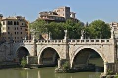 """Ponte Sant """"Angelo traverse la rivière du Tibre à Rome images stock"""