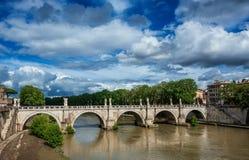 Ponte Sant ` Angelo στη Ρώμη με τα σύννεφα Στοκ φωτογραφία με δικαίωμα ελεύθερης χρήσης