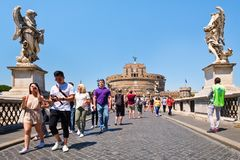 Ponte Sant Angelo στη Ρώμη με την επιβολή Castel Sant Angelo στο υπόβαθρο Στοκ Φωτογραφία
