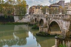 Ponte Sant ?Angelo Bridge av ?nglar, n?r den Aelian bron eller Pons Aelius som betyder bron av Hadrian, i Rome arkivfoton