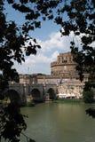 Ponte Sant 'Angelo bro och Castel Sant 'Angelo i Rome, Italien arkivbilder