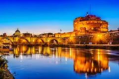 Ponte Sant& x27; Angelo bro som korsar floden Tiber royaltyfri bild