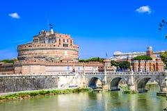 Ponte Sant& x27; Angelo bro som korsar floden Tiber, Rome, Italien Arkivfoto