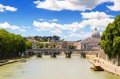 Ponte Sant'Angelo en St Peter basiliek Royalty-vrije Stock Afbeeldingen