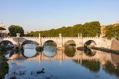 Ponte Sant ` Angelo Spanning den Tiber floden i Rome Italien Arkivfoto