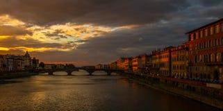 Ponte Santa Tinita przez rzecznego Arno przy półmrokiem obrazy royalty free