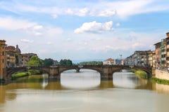 Ponte Santa Trinita bro över den Arno floden i Florence, Ita arkivbilder