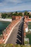 Ponte Scaligero i Verona, Italien Arkivfoton