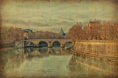 Ponte Sisto和大教堂圣彼得罗在罗马,意大利 难看的东西和减速火箭的样式 免版税图库摄影