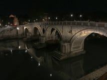 Ponte Sisto : Pont au-dessus de la rivière du Tibre la nuit, Rome, Italie Photographie stock
