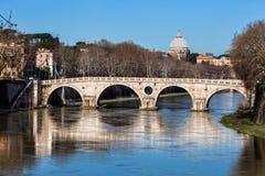 Ponte Sisto y San Pedro Río de Tíber Foro romano del Th imágenes de archivo libres de regalías