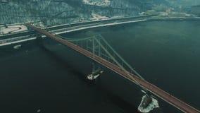 Ponte sob o rio Dia de inverno nevoento cinzento Metragem aérea do zangão video estoque