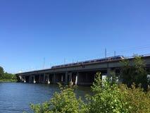 Ponte sobre a água com trem Fotografia de Stock Royalty Free