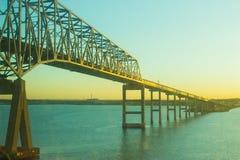 Ponte sobre a água no nascer do sol na cidade do oceano Fotografia de Stock