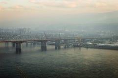 A ponte sobre a cidade de Enisey Krasnoyarsk do rio foto de stock royalty free