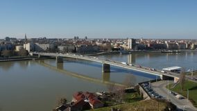 Ponte sobre a cidade entrando de Danúbio do rio de Novi Sad video estoque