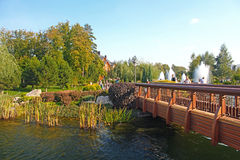 A ponte sobre a lagoa em Mezhyhirya é a residência da ex-presidente de Ucrânia Viktor Yanukovych Imagens de Stock Royalty Free