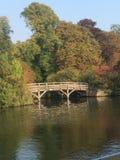 Ponte sobre o campo do rio idílico Fotos de Stock