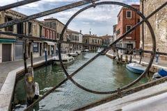 Ponte sobre o canal na ilha de Murano, Veneza, Itália fotografia de stock
