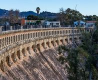 Ponte sobre o Conde de Guadalhorce perto de Ardales, a Andaluzia, Espanha imagem de stock