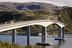 Ponte sobre o fiorde, Sommaroy, condado de Tromso, Noruega, paisagem Imagem de Stock