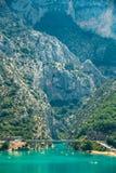 Ponte sobre o lago de Sainte-Croix em França Desfiladeiro de Verdon Fotografia de Stock Royalty Free