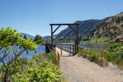 Ponte sobre o lago do skaha no dia calmo fotografia de stock royalty free
