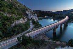 Ponte sobre o lago nas montanhas foto de stock