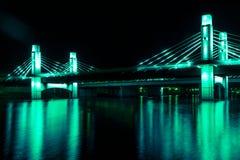 A ponte sobre o Rio Brazos iluminou pelo diodo emissor de luz em Waco, Texas/ponte pintada luz imagem de stock