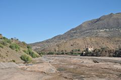 A ponte sobre o rio da montanha no Altiplano Imagens de Stock Royalty Free