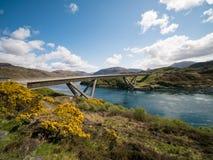Ponte sobre o rio de fluxo rápido Escócia fotografia de stock